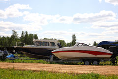 Boatsparking -在拖车的两条平均小船 库存图片