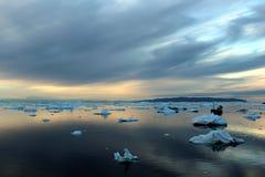 Boattrip i aftonen, illulisat, Grönland Royaltyfri Foto