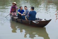 boatwoman在星期四下的老全国越南小船乘坐中国游人发出当当声河 库存图片