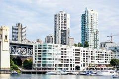 Boatyard z dokować łodziami przy Burrard mostem w Granville wyspie i jachtami, Vancouver obrazy stock