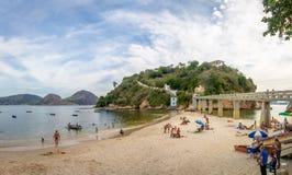 BoaViagem strand och ö - Niteroi, Rio de Janeiro, Brasilien arkivfoton