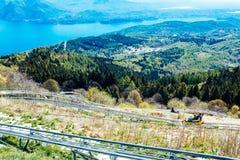 Bob auf Bahnen, im Hintergrund Maggiore See, Lizenzfreie Stockbilder