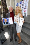 Bob Barker och Pamela Anderson Royaltyfri Foto