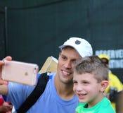 Bob Bryan av Bryan Brothers tar en selfie med en ung fan Fotografering för Bildbyråer