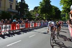 Bob Jungels vinnaren av den 15th etappen av ` Italia för Postgirot D med förföljare nära ankomst i den Bergamo etappen i den 100. Arkivfoto