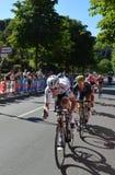 Bob Jungels vinnaren av den 15th etappen av ` Italia för Postgirot D med förföljare nära ankomst i den Bergamo etappen i den 100. Royaltyfria Bilder