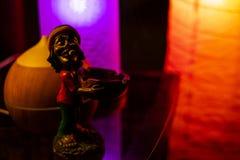 Bob Marley Figurine på det reflekterande skrivbordet royaltyfri bild