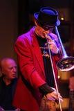 Boba演奏实况音乐的爵士乐队在克拉科夫爵士乐在Jaszczury俱乐部的所有Souls'天节日 克拉科夫 库存图片