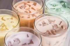 Boba/泡影茶 与珍珠的自创各种各样的牛奶茶在木头 库存照片