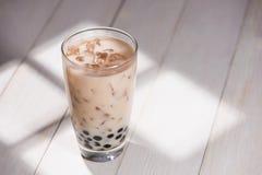 Boba/泡影茶 与珍珠的自创牛奶茶在木桌上 库存图片