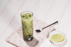 Boba/泡影茶 与珍珠的自创Matcha牛奶茶在woode 免版税图库摄影