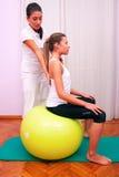 锻炼控制与bobath球fitball stabiliza的水池树干 图库摄影