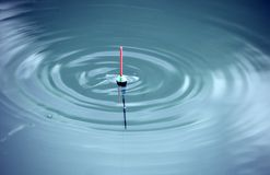 Bobber mit den Wellen horizontal lizenzfreies stockfoto