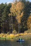 Bobberhin- und herbewegung im Wasser mit gelben Blättern stockfoto