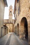 Bobbio Emilia romagna wioski uliczny dzwonkowy wierza Italy Obrazy Stock