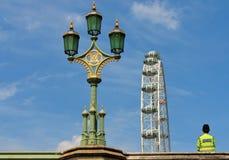 Bobby полицейския, викторианская лампа и Лондон наблюдают Стоковое фото RF