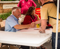 Bobby Allison Signing Autographs Immagine Stock
