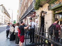 Bobby bij deur van Sherlock Holmes Museum, Baker Street, Londen, t stock afbeeldingen