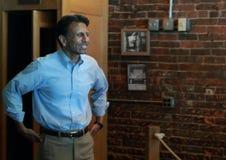 Bobby Jindal, el gobernador de Luisiana y el aspirante a presidente habla en Smokey Row Coffee House, Oskaloosa, Iowa Imagen de archivo libre de regalías