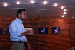 Bobby Jindal, el gobernador de Luisiana y el aspirante a presidente habla en Smokey Row Coffee House, Oskaloosa, Iowa Foto de archivo libre de regalías
