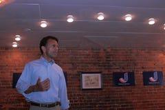 Bobby Jindal, el gobernador de Luisiana y el aspirante a presidente habla en Smokey Row Coffee House, Oskaloosa, Iowa Imagen de archivo