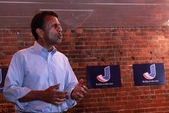 Bobby Jindal, el gobernador de Luisiana y el aspirante a presidente habla en Smokey Row Coffee House, Oskaloosa, Iowa Foto de archivo