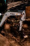 Bobcat Tractor Digging encima de la tierra para construir casas foto de archivo libre de regalías