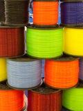Bobina con las cuerdas de rosca de los colores Imagen de archivo
