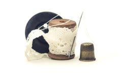 Bobina d'annata di legno per la ferita del filo con bianco Fotografia Stock