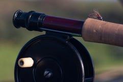 Bobina d'annata e barretta della pesca con la mosca Fotografia Stock