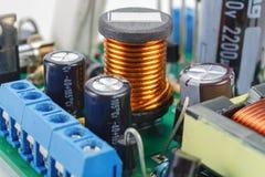 Bobina d'arresto della ferrite con i componenti elettronici su un circuito stampato fotografia stock libera da diritti