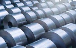 Bobina de aço laminada na área de armazenamento na indústria de aço imagens de stock
