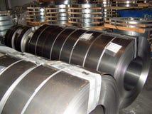 Bobina de aço laminada na área de armazenamento na planta da indústria de aço fotos de stock