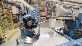 Bobina de aço laminada no decoiler da máquina na fabricação do trabajo em metal video estoque