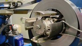 Bobina de aço laminada no decoiler da máquina na fabricação do trabajo em metal filme