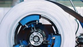 Bobina de aço laminada no mecanismo do decoiler na fabricação do trabalho do metal video estoque