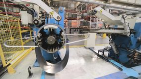 Bobina de acero en frío en el decoiler de la máquina en la fabricación de la trabajo de metalistería almacen de video
