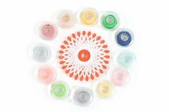 Bobina de costura multicolora en el fondo blanco Fotos de archivo libres de regalías