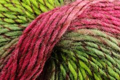 Bobina de lãs coloridas, de vermelho e de verde Imagem de Stock