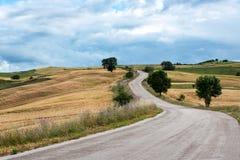 Bobina de la carretera de asfalto a través de las colinas Imágenes de archivo libres de regalías