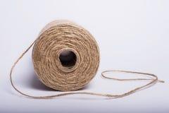 Bobina de la cuerda en un fondo blanco Imágenes de archivo libres de regalías