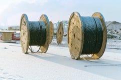Bobina de madera para la bobina del cable, bobinas con el cable eléctrico Fotos de archivo
