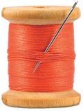 Bobina de madera vieja con la cuerda de rosca roja aislada Fotografía de archivo