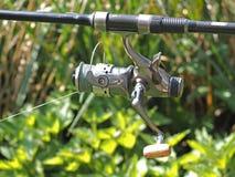 Bobina de prata de uma vara de pesca foto de stock