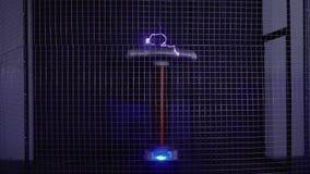 Bobina de Tesla que baila al golpe de la música almacen de metraje de vídeo