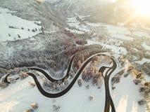 Bobina del camino de la montaña a través de las montañas alemanas Foto de archivo
