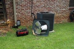 Bobina del condensatore del condizionatore d'aria con gli strumenti che sono riparati immagine stock libera da diritti