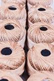 Bobina del cotone sulle file nel deposito fotografia stock libera da diritti