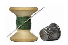 Bobina del filato cucirino con l'ago di cucito, macro Immagini Stock Libere da Diritti