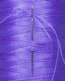 Bobina del filato cucirino con l'ago di cucito, macro Fotografie Stock Libere da Diritti